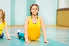 Muchacha asiática hermosa que estira en pasillo de deportes Imagen de archivo