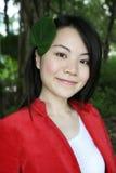 Muchacha asiática hermosa que mira el espectador Fotografía de archivo