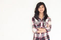 Muchacha asiática hermosa que presenta y que mira fijamente a la cámara Foto de archivo