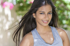 Muchacha asiática india sonriente de la mujer en ropa de la salud y de la aptitud foto de archivo libre de regalías