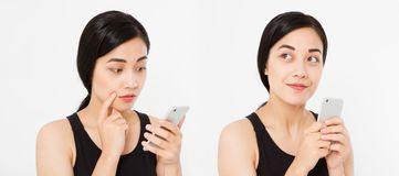 Muchacha asiática, japonesa que sostiene el smartphone, collage aislado en el fondo blanco Copie el espacio imagen de archivo libre de regalías
