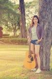 Muchacha asiática joven con la guitarra Fotografía de archivo libre de regalías