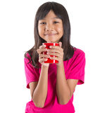 Muchacha asiática joven con la taza roja I Fotografía de archivo