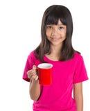 Muchacha asiática joven con la taza roja IV Fotos de archivo