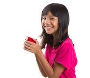 Muchacha asiática joven con la taza roja V Fotos de archivo