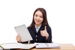 Muchacha asiática joven del estudiante que usa la PC de la tablilla Foto de archivo libre de regalías