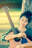 Muchacha asiática joven en bosque con la guitarra Fotografía de archivo libre de regalías