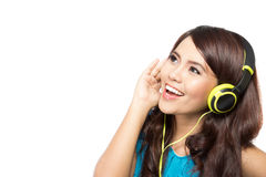Muchacha asiática joven feliz con los auriculares Fotos de archivo libres de regalías