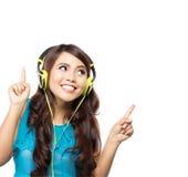 Muchacha asiática joven feliz con los auriculares Fotografía de archivo libre de regalías