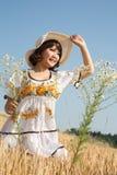 Muchacha asiática joven feliz en el verano que mira en el sol en un w Fotos de archivo