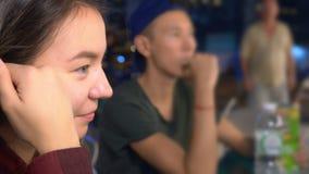 Muchacha asiática joven que come la comida de la calle en la noche al aire libre metrajes