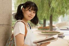 Muchacha asiática joven que estudia difícilmente en el parque Fotos de archivo