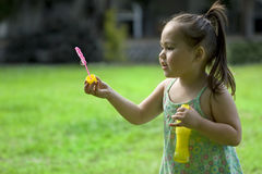 Muchacha asiática joven que juega con las burbujas Fotografía de archivo libre de regalías