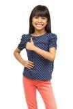 Muchacha asiática joven que muestra el pulgar para arriba Fotos de archivo libres de regalías