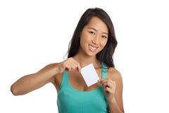 Muchacha asiática joven que sostiene el papel en blanco Imágenes de archivo libres de regalías
