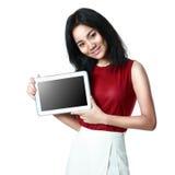 Muchacha asiática joven que sostiene una tableta Imagen de archivo