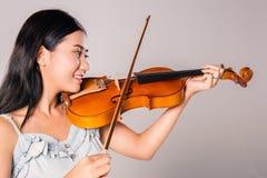 Muchacha asiática joven que toca el violín Foto de archivo