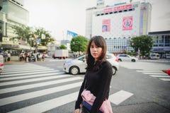Muchacha asiática linda del adolescente que camina en la calle de Harajuku, Tokio stan Imagenes de archivo