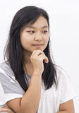 Muchacha asiática linda en el pensamiento aislado del fondo Imagen de archivo libre de regalías