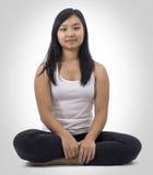 Muchacha asiática linda en meditar aislado del fondo Fotos de archivo