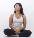 Muchacha asiática linda en meditar aislado del fondo fotos de archivo libres de regalías