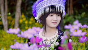 Muchacha asiática linda en traje de la tribu de la colina metrajes