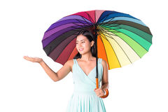 Muchacha asiática linda que sostiene el paraguas del arco iris Fotos de archivo