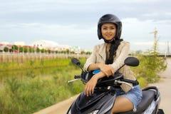 Muchacha asiática magnífica con la motocicleta Fotos de archivo libres de regalías
