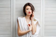 Muchacha asiática morena con el pelo rizado largo fotos de archivo