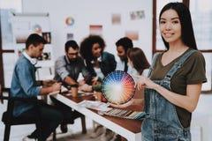 Muchacha asiática Muestras de color oficina Colores fotografía de archivo libre de regalías