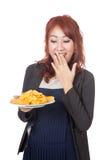 Muchacha asiática muy feliz con las patatas fritas Fotos de archivo libres de regalías