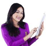 Muchacha asiática preciosa con la tableta en estudio Imagen de archivo