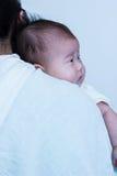 Muchacha asiática que descansa sobre su hombro del ` s de la madre Celebr del día del ` s de la madre Foto de archivo libre de regalías