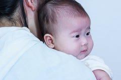Muchacha asiática que descansa sobre su hombro del ` s de la madre Celebr del día del ` s de la madre Imagen de archivo libre de regalías
