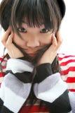 Muchacha asiática que desgasta rayas coloridas fotos de archivo