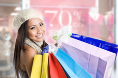 Muchacha asiática que hace compras Fotografía de archivo libre de regalías