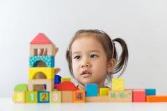 Muchacha asiática que juega las unidades de creación de madera Imagenes de archivo