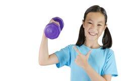 Muchacha asiática que lleva a cabo pesa de gimnasia en una mano aislada en el backgr blanco fotografía de archivo
