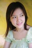 Muchacha asiática que mira el espectador Fotografía de archivo