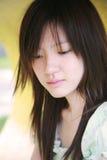 Muchacha asiática que mira el espectador Imagenes de archivo