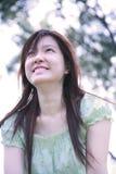 Muchacha asiática que mira el espectador Imagen de archivo