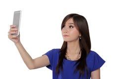 Muchacha asiática que mira su teléfono Fotos de archivo libres de regalías
