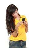 Muchacha asiática que recibe el mensaje de texto Fotografía de archivo