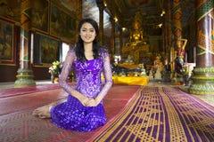 Muchacha asiática que ruega en templo Imagen de archivo