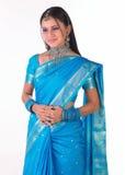 Muchacha asiática que se coloca en sari azul Foto de archivo libre de regalías