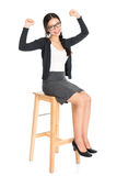 Muchacha asiática que se sienta en una silla Imagen de archivo libre de regalías