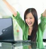 Muchacha asiática que sonríe en trabajo del éxito Imagen de archivo libre de regalías