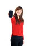 Muchacha asiática que sostiene el teléfono móvil Fotos de archivo libres de regalías