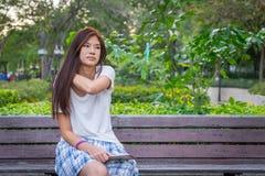 Muchacha asiática que tiene dolor de cuello Fotografía de archivo libre de regalías