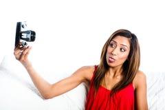 Muchacha asiática que toma la foto de se con la lengüeta Imagenes de archivo